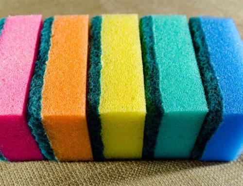 Viete, prečo majú hubky na riad také pestré sfarbenie? Toto je ten dôvod!