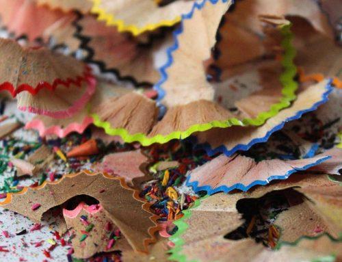 Nachystajte si farebné pastelky a strúhatko. 40 nápadov, ako sa zabaviť z drevenými hoblinkami